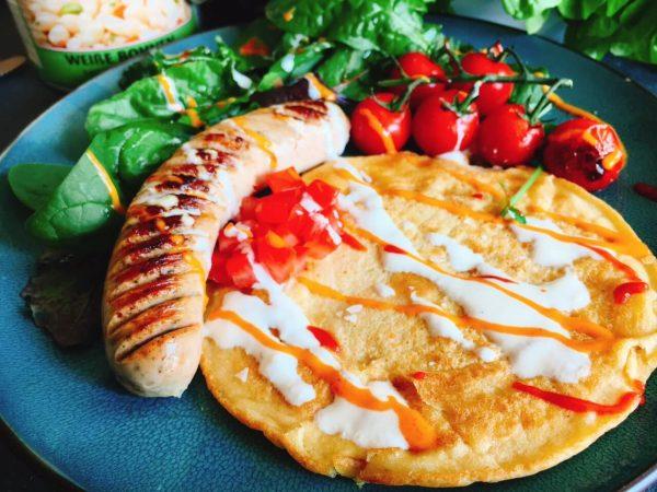 Proteinreiche Chili Bratwurst neben Brot