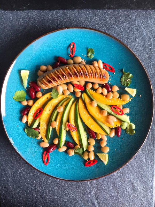 Gesunde Bratwurst mit Kunst-Gemüse