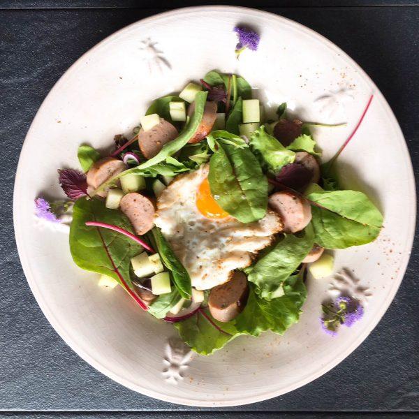 Bratwurst mit köstlichem Salat