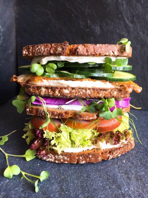 Gesundes Sandwich mit Knobi Wurst