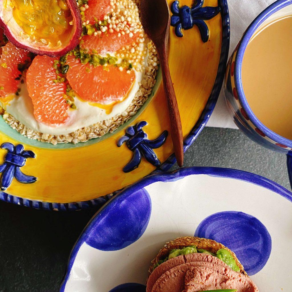 Frühstück mit leckerer Leberwurst und Joghurt