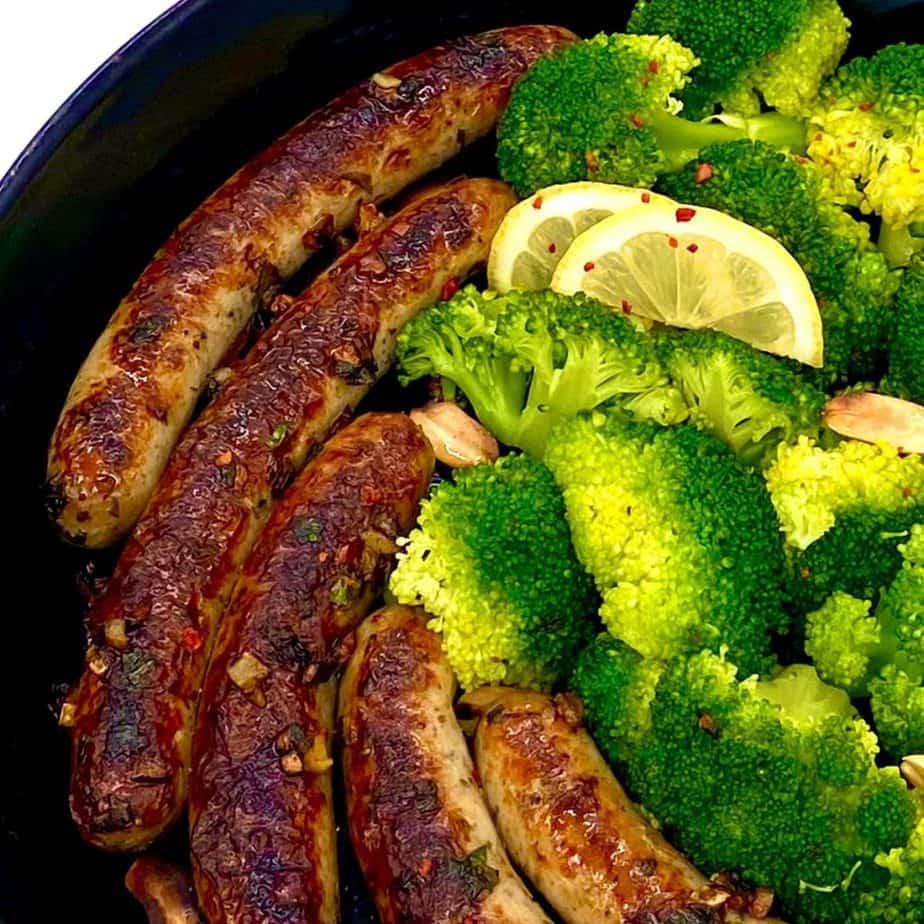 gesunde Rostbratwurst mit Brokkoli lecker