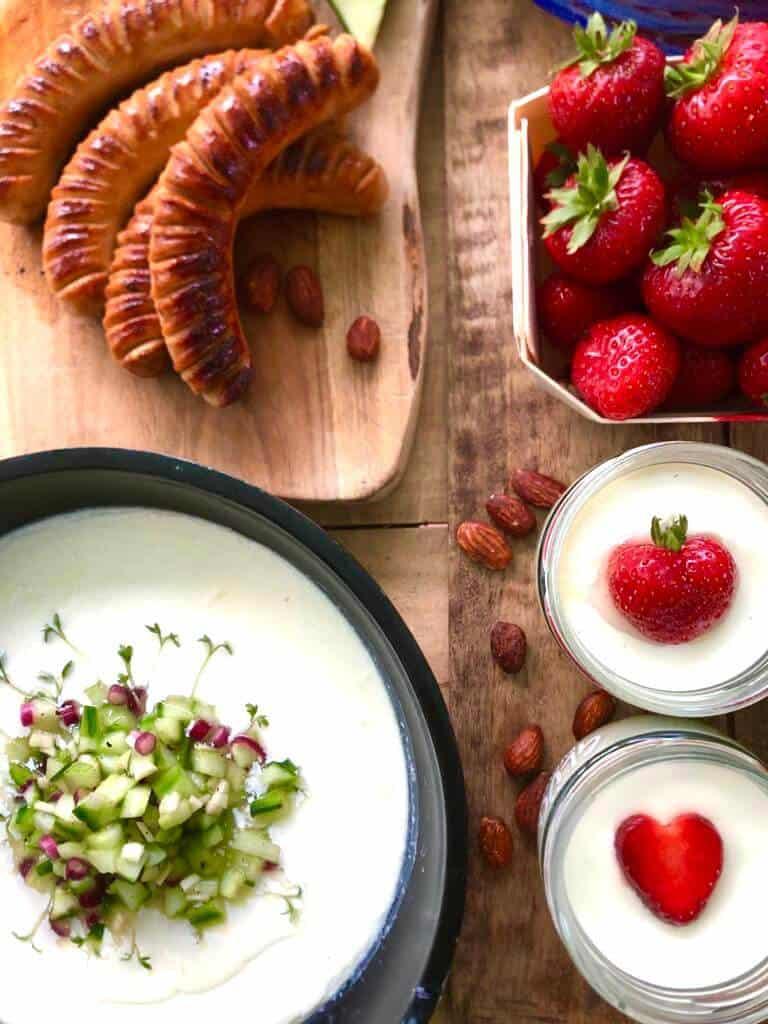 Selbstgemachter Joghurt mit Früchten und Wurst